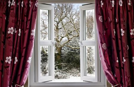 ventana abierta: Abrir ventana con vista a una escena de invierno cubierto de nieve Foto de archivo