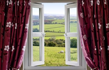 open window: Abrir ventana con vista a trav�s de y la campi�a inglesa Foto de archivo