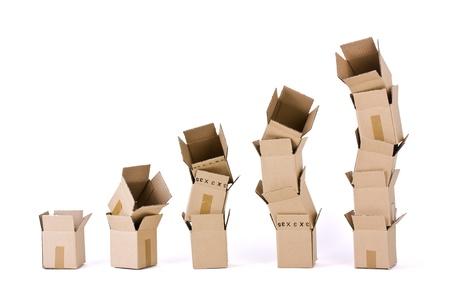 Cinque colonne di scatole su bianco