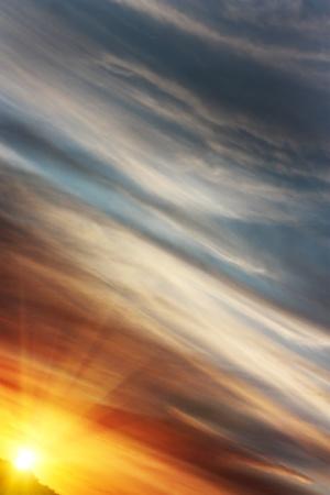 rising of sun: Salida del sol en un ángulo con un cielo de colores