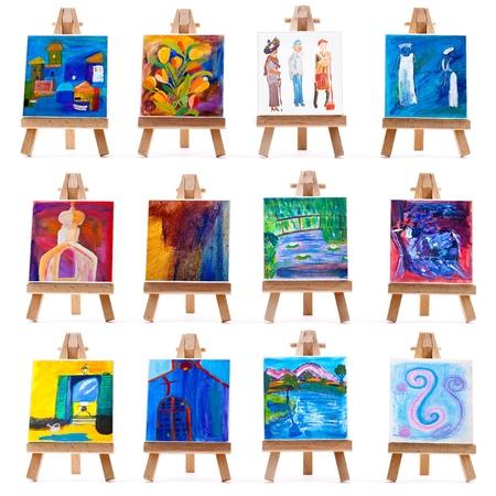 Dodici dipinti mini su cavalletti isolati su bianco Archivio Fotografico