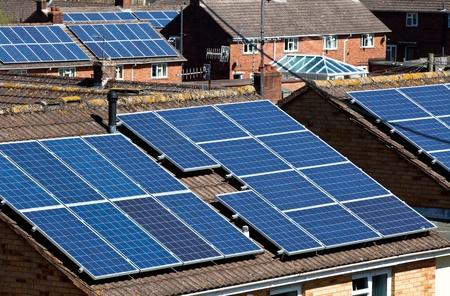 paneles solares: Paneles solares en techos de muchas viviendas Foto de archivo