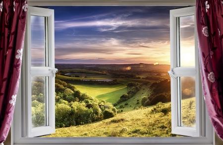 ventana abierta: Ver a través de una ventana abierta al hermoso paisaje
