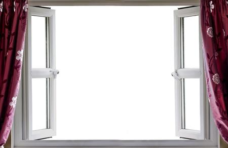 Open raam met een witte achtergrond en gordijnen Stockfoto
