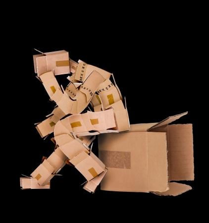 pensador: Caja de hombre de pensamiento profundo y se sentó en una caja sobre un fondo negro