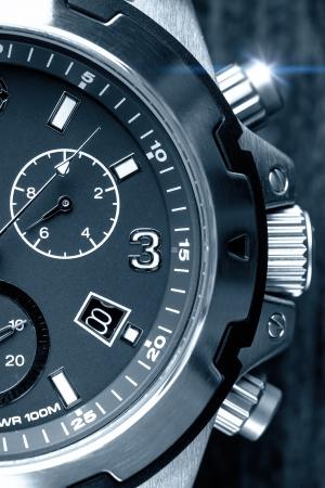 cronógrafo: Reloj para hombre grueso de cerca en blanco y negro