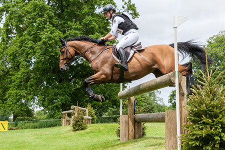 HOUGHTON, NORFOLK / ANGLETERRE - 28 mai 2017: Houghton International Horse Trials 2017 Julia Krajewski à bord de Samourai Du Thot. Incluant cross-country, concours complet, saut d'obstacles et dressage au plus haut niveau Banque d'images - 80140586