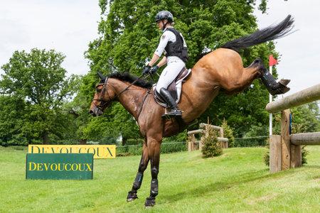 HOUGHTON, NORFOLK / ANGLETERRE - 28 mai 2017: Houghton International Horse Trials 2017 Julia Krajewski à bord de Samourai Du Thot. Incluant cross-country, concours complet, saut d'obstacles et dressage au plus haut niveau Banque d'images - 80140587