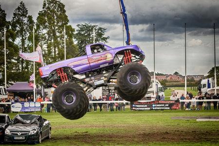ノーフォーク、イギリス - 2017 年 8 月 19 日: Truckfest ノリッジはトランスポート祭りです。モンスター トラックの大きな空気が押しつぶされた車を飛