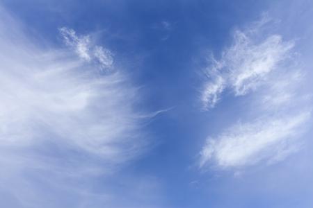 Ciel bleu et nuages blancs vaporeux sans horizon et sans peuple Banque d'images