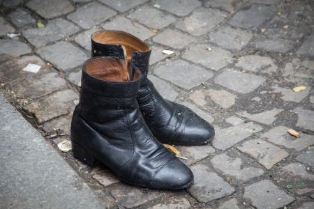 evaporarse: Zapatos vac�os en la calle de adoquines, en Par�s, Francia