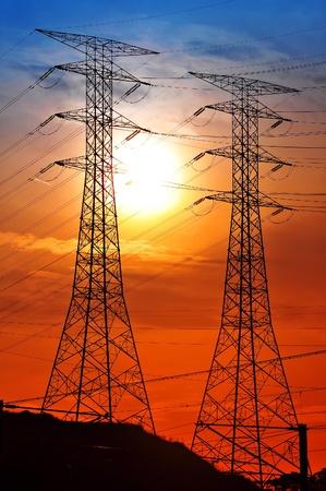 elektriciteit: Landschap van silhouet elektrische toren tijdens zonsondergang Stockfoto