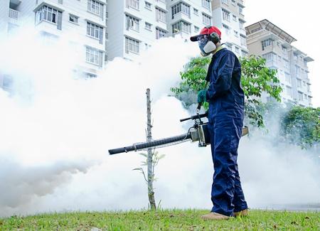 환경 보건 노동자는 뎅 그열 제어를위한 습기 방지된다 스톡 콘텐츠