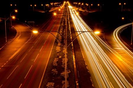 light trail: Rastros de luz en la carretera muy transitada
