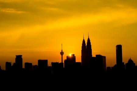 말레이시아, 아시아에서 일몰 동안 쿠알라 룸푸르 트윈 타워의 실루엣 스톡 콘텐츠
