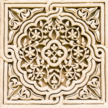 꽃 모티브 패턴의 돌 조각