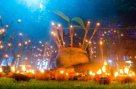 "PUTRAJAYA, 말레이시아 - 7 월 28 일 :. 2013년 7월 28일에 푸트 라 자야에있는 라마단 축제 기간 동안 석유 램프 또는 ""Panjut""참가자 중 하나 푸트 라 자"