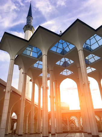 Minarets of Sultan Salahuddin Abdul Aziz Mosque, Shah Alam, Selangor, Malaysia - Evening sunlight through the mosque Фото со стока - 68887377