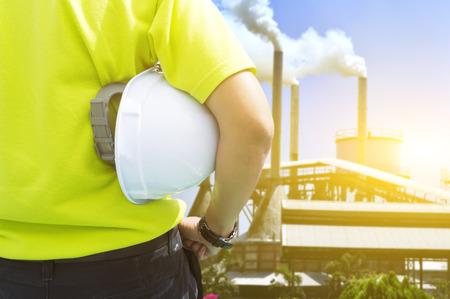 직장 개념의 안전과 건강 - 야자유 공장에서 대기 오염에 직면 해있는 엔지니어 또는 안전 검사관 스톡 콘텐츠