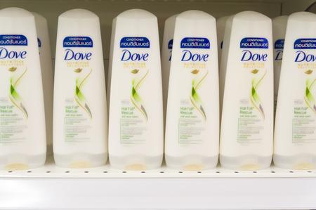 Putrajaya, Maleisië - 3 januari 2017: Store-schapvertoning van veel Dove merk haarverzorgingsproducten. Dove is een merk voor persoonlijke verzorging van Unilever uit het Verenigd Koninkrijk.