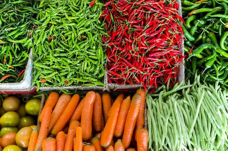 Frisches Obst und Gemüse auf den asiatischen Markt und die Schärfentiefe (DOF) Wirkung. Frisches freies Großhandelsmarktkonzept. Standard-Bild