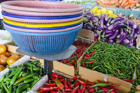 Frisches Obst und Gemüse auf den asiatischen Markt und die Schärfentiefe (DOF) Wirkung. Frisches freies Großhandelsmarktkonzept.