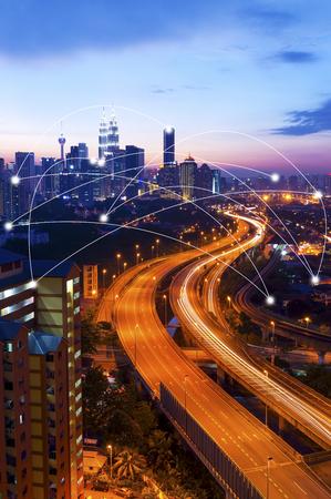 クアラルンプールの街並みとネットワーク接続の概念。