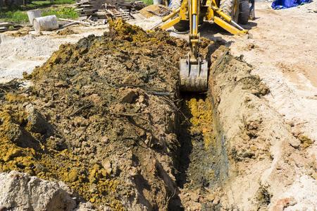 浄化槽のインストールのための穴を掘る。