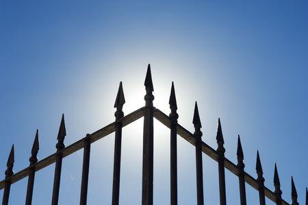 �spiked: El borde de una antigua barandilla de hierro clav� contra el brillo del sol.
