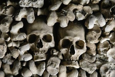 Human skulls covering the walls of the Bones Chapel, Evora, Portugal Standard-Bild