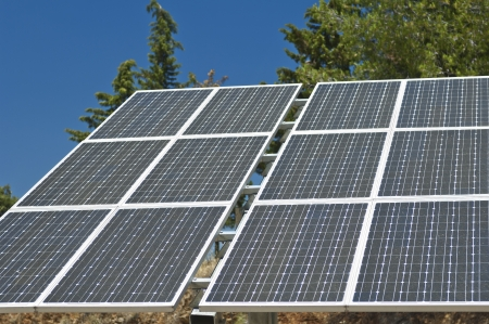 axis: Los paneles fotovoltaicos de silicio con una sola pista inclinada sistema de eje de una peque�a planta de energ�a solar, Portugal