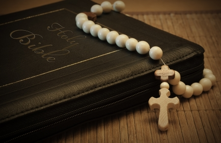 Photo holy bible and cross on a wooden brown background