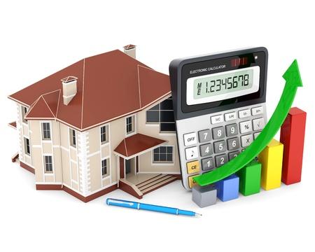 Haus, Taschenrechner und Stift auf einem weißen Hintergrund
