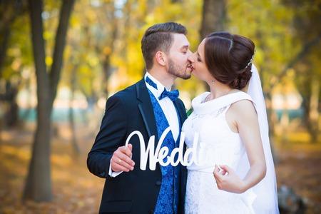 femme romantique: photographie de mariage est très beau couple sur un fond de la nature