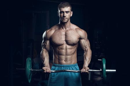 Bodybuilder maschio, modello di fitness allena in palestra Archivio Fotografico - 61786885