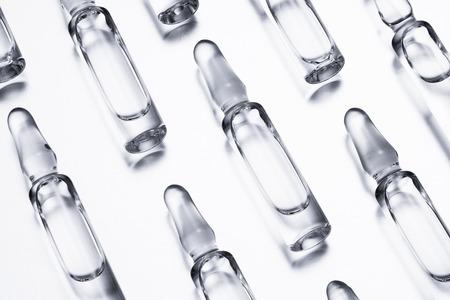 Medizinische Ampullen für Injektionen auf weißem Hintergrund. Standard-Bild