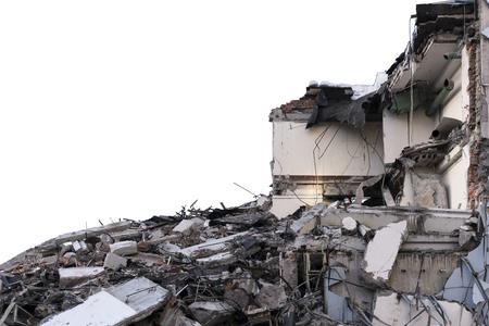 Montón aislado de escombros de un edificio desmantelado en un sitio de demolición. Foto de archivo