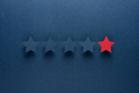 The concept of feedback or excellence is different from everyone, be the first. The red star stands out against the blue Imagens - 128346599