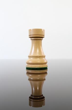Tan château d'échecs en bois sur une table de verre réfléchissant. Banque d'images - 10544705