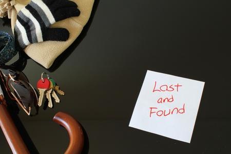 clave sol: Vista superior de una mesa de objetos perdidos y encontrados con varios artículos sobre él.
