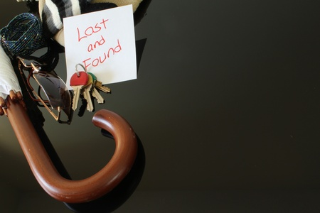 clave sol: Vista superior de una mesa de objetos perdidos y encontrados en diferentes puntos comprendidos en ella. Foto de archivo
