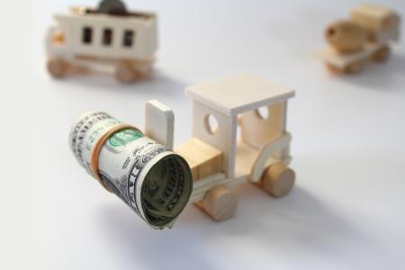 juguetes de madera: Juguete, carretilla elevadora de madera levantar un rollo de dinero con el camión de volteo y un camión de cemento en el fondo. Foto de archivo