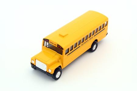 장난감의 높은 각도보기, 흰색에 노란색 학교 버스입니다.