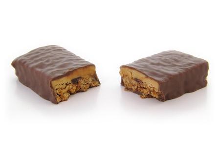 ハイアングルビュー: Chocoalte 蛋白質棒を半分に切断の高角度のビュー。