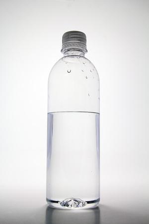 botella de plastico: Media botella de pl�stico vac�a de agua. Foto de archivo