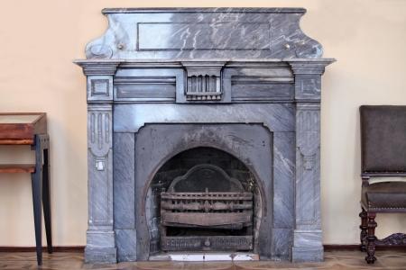 muebles antiguos: Una vieja chimenea Foto de archivo