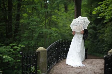 Romantisches Date, Frauen und Männer auf der Brücke in einer abgeschiedenen Ecke Lizenzfreie Bilder