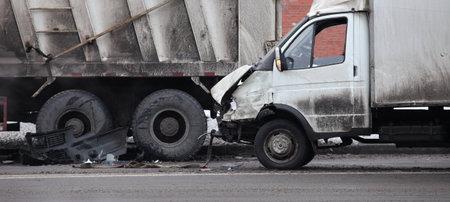 lorry: collisione del camion e auto