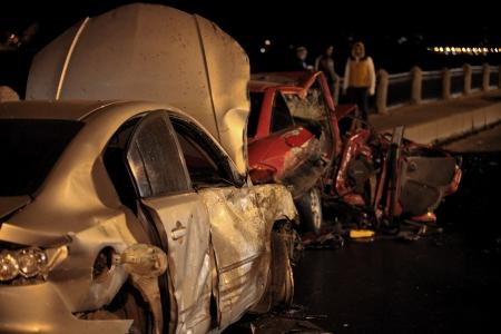 straszne czołowego zderzenia na drodze nocy