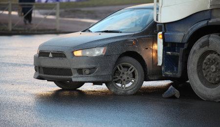 clash: choque de los coches y camiones en el cruce Editorial